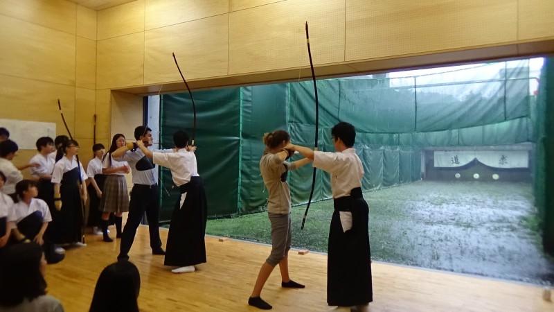 弓道体験:少し緊張ぎみに弓を引いていました