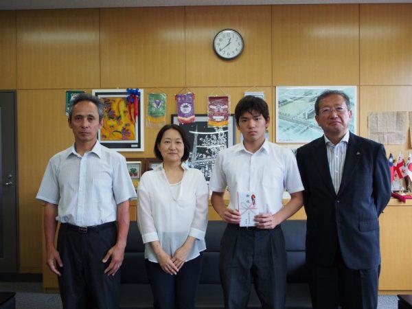 左から水泳部顧問の若松先生、根岸会長、宿谷君、仙田校長先生